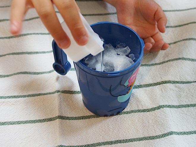氷、塩、水をいれる