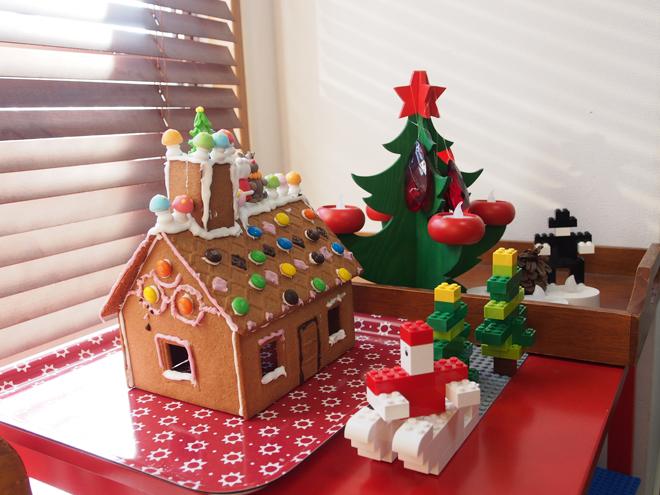お菓子の家をツリーのそばに設置