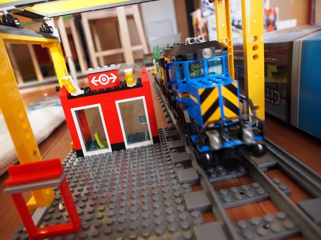 青い電車とクレーン