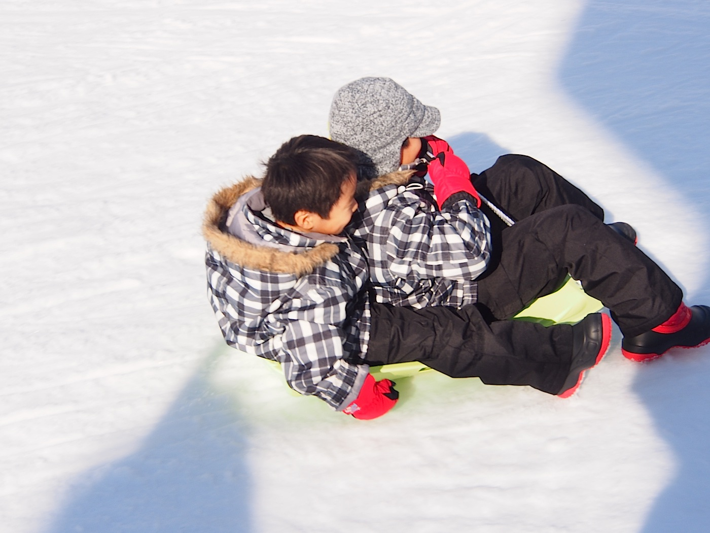 スキーウエアでソリ遊び