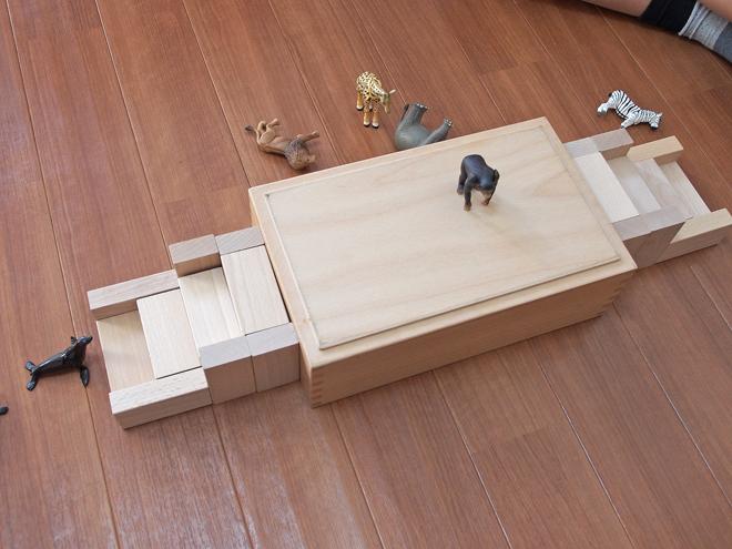 積み木、階段のあるステージ