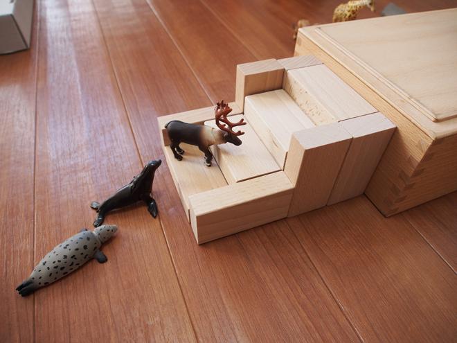 積み木で階段をつくる
