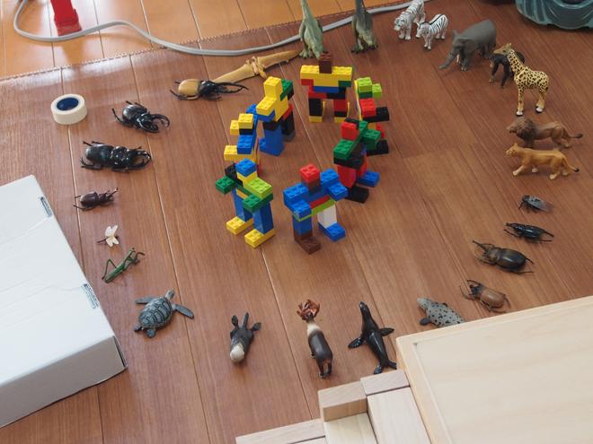 ロボットを取り囲む動物たち
