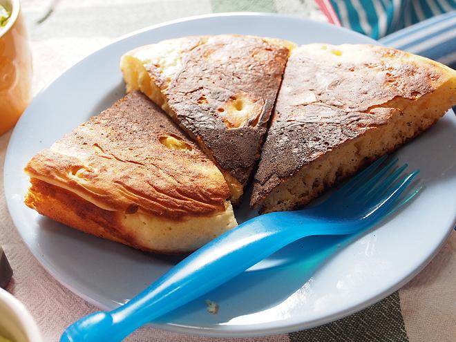 切り分けたパンケーキ