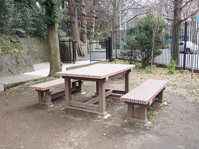 テーブルとベンチ