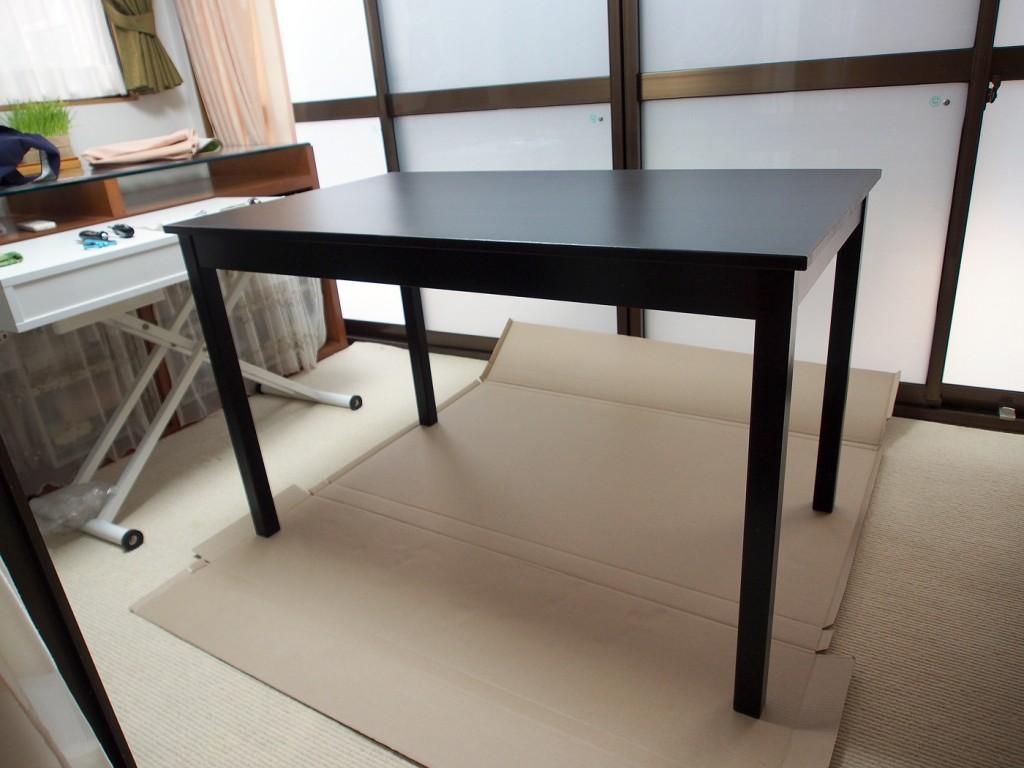 4本足のシンプルな木のテーブル、ÖLMSTAD