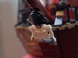 海賊船についているガイコツ