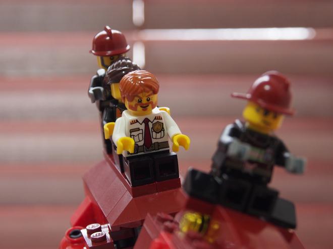 ティラノの背中に乗った4人、レゴ