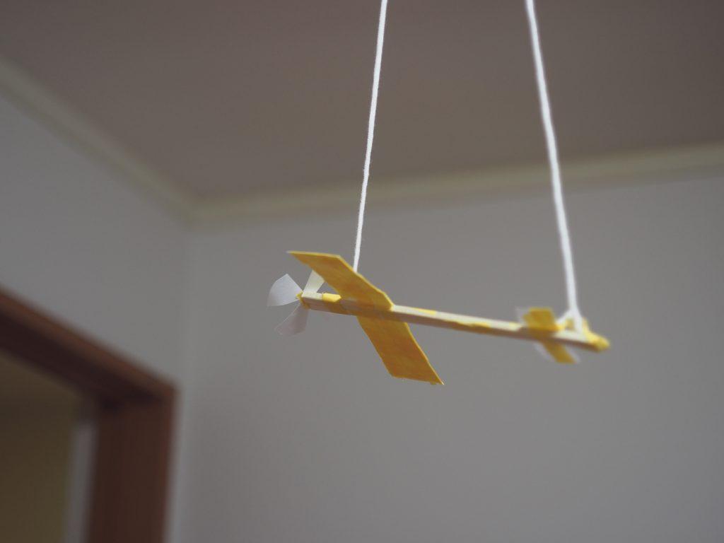 手作り飛行機を飾る