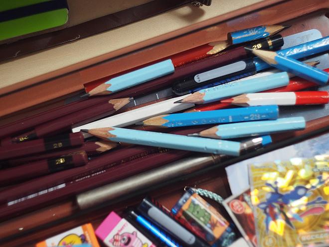 机にたまる鉛筆