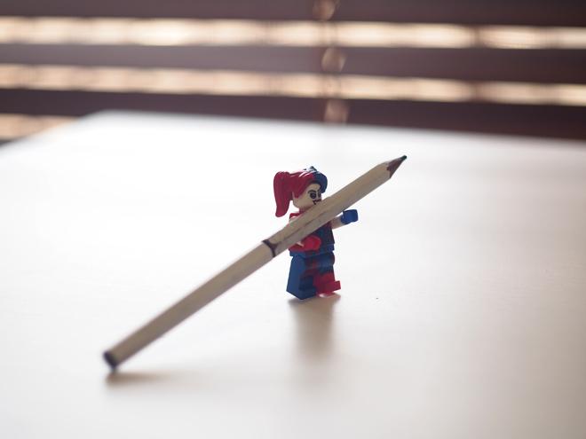 鉛筆を持ったフィギュア