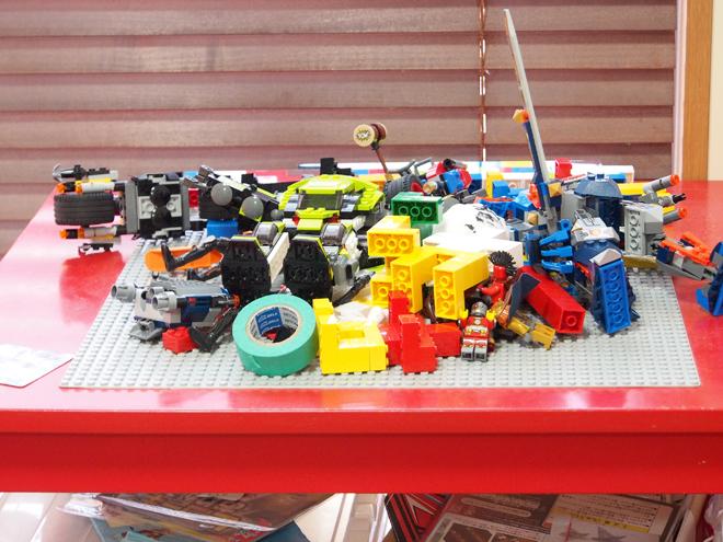 散らかっているレゴテーブル