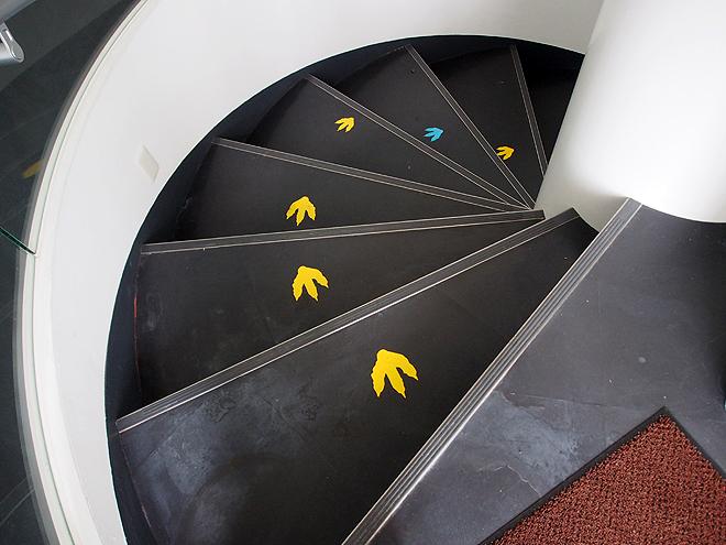 階段にも恐竜の足跡