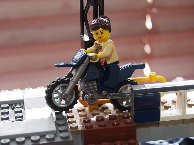 バイク、沼地のポリス