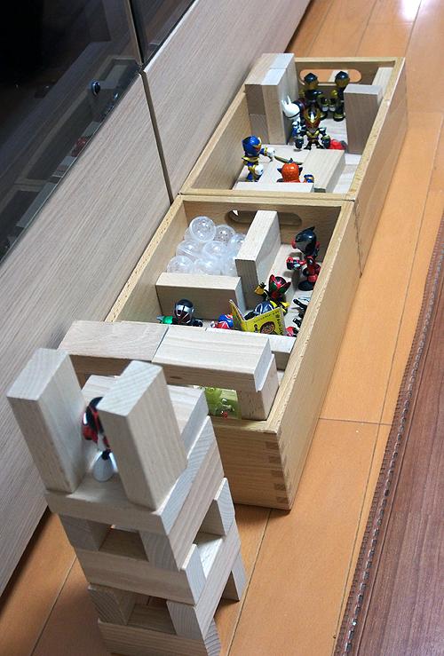 積み木とフィギュア、木箱を使った部屋