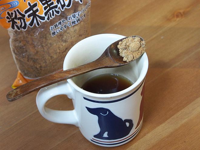 黒糖を紅茶にいれる