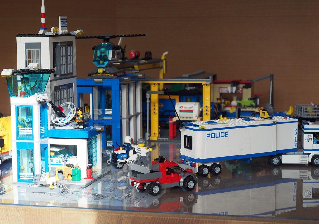 机の上のレゴシティ