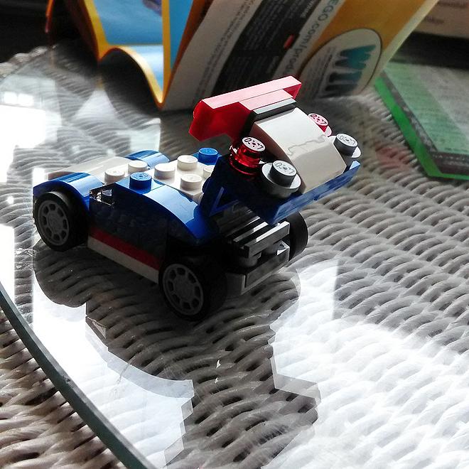 レースカー、スポイラーパネルが上がる