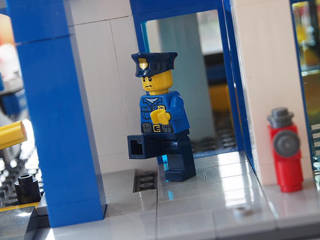 走る警官フィグ3