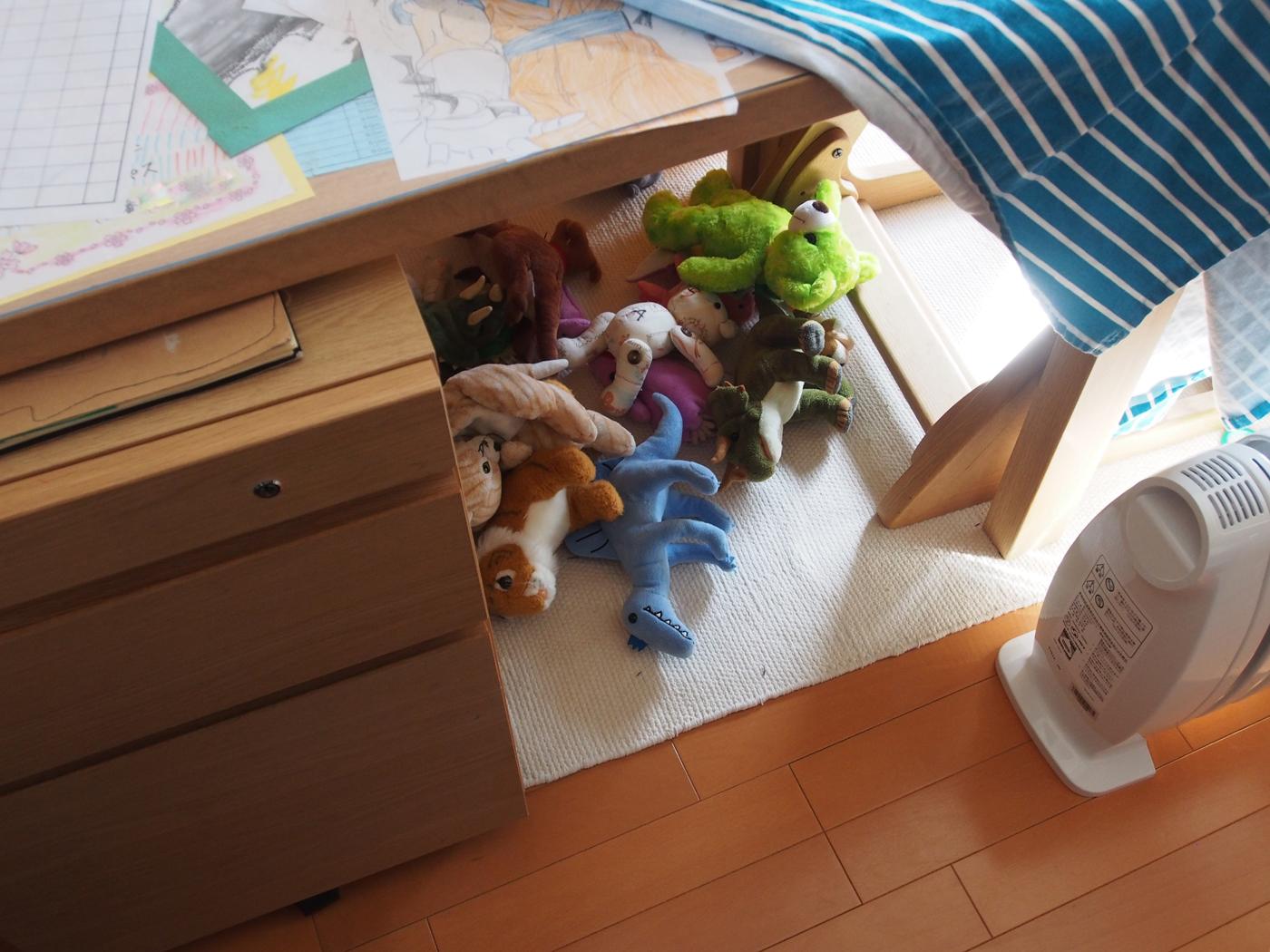 机の下にぬいぐるみを発見