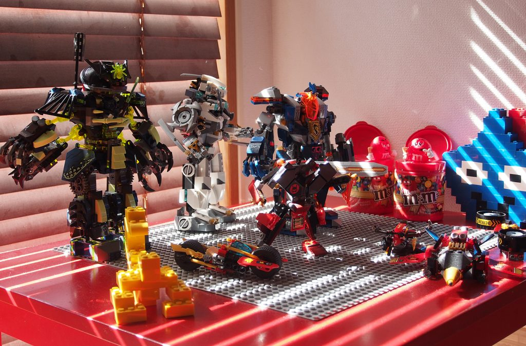 レゴテーブルにロボットたち