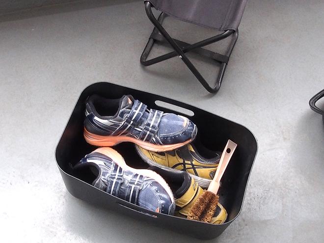 バケツに運動靴