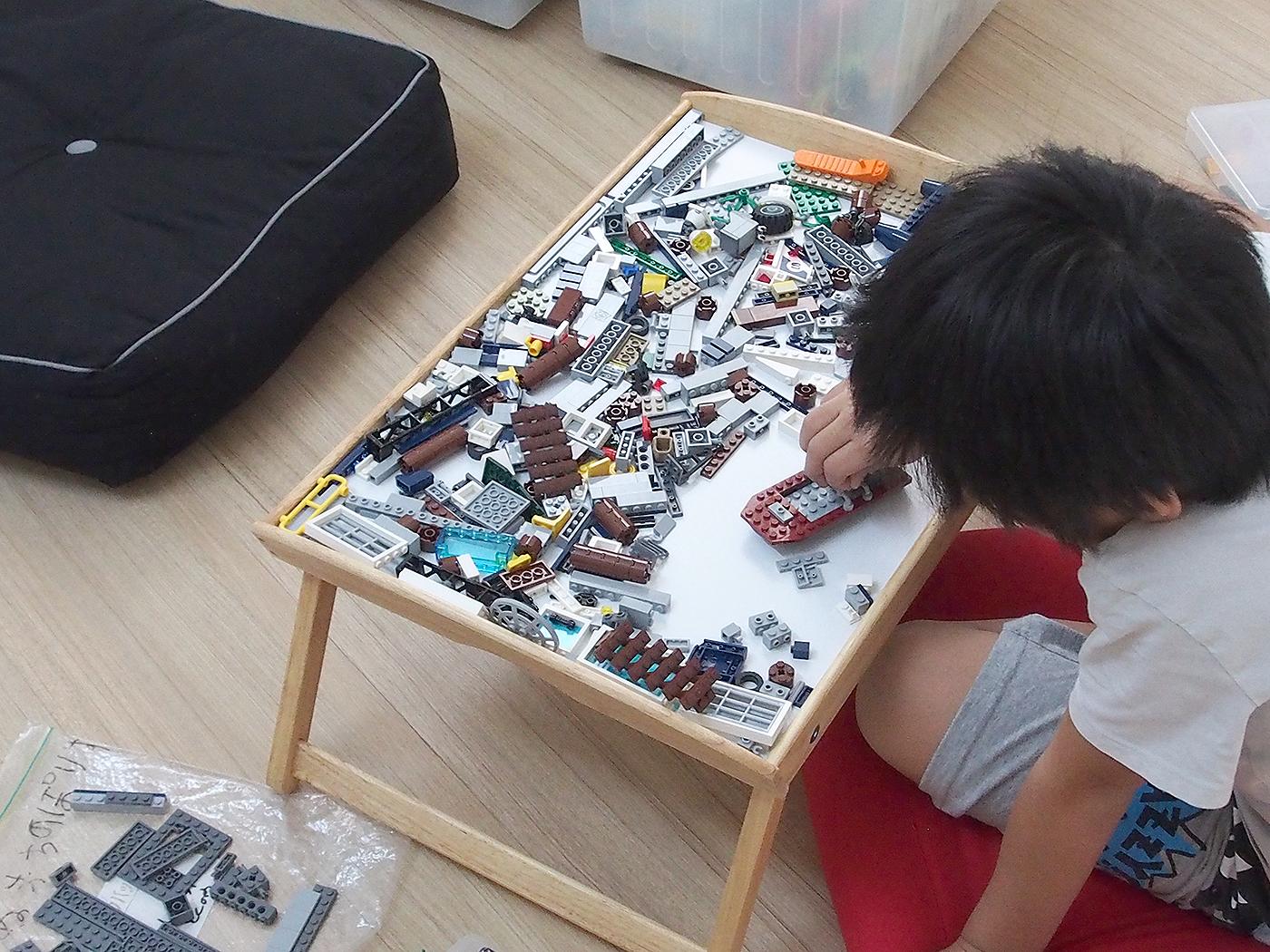 トレイの上でレゴを作る
