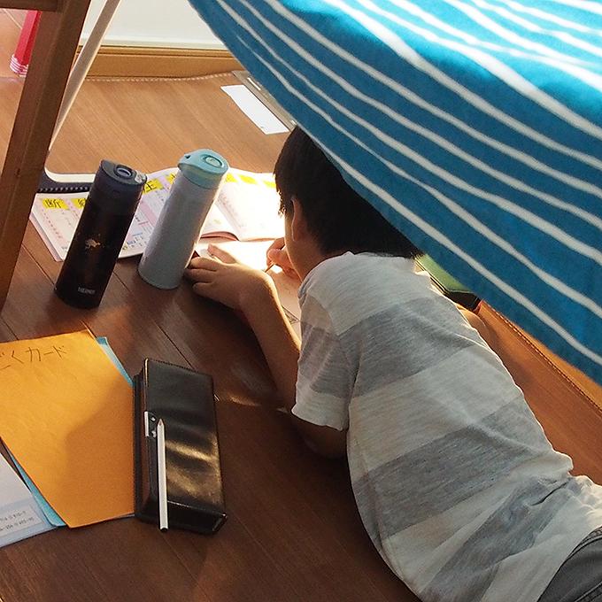 子供テント、中で宿題