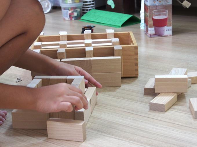 4年生、積み木で遊ぶ、部屋